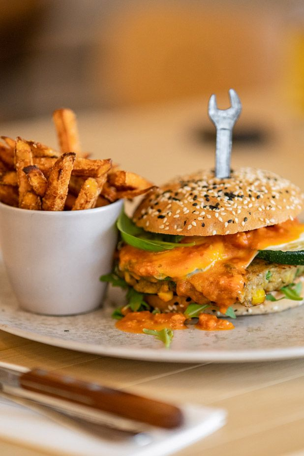 burger with pommes